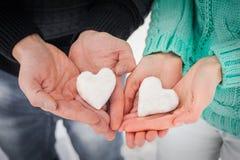 Kobiety i samiec ręki z śnieżnymi sercami Obrazy Stock