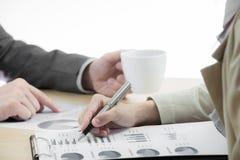 Kobiety i samiec ręki wskazuje przy biznesem Obrazy Stock