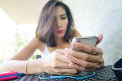 Kobiety i telefon komórkowy Fotografia Royalty Free