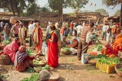 Kobiety i wieśniacy kupuje warzywa dla rodzin na tanim wioska rynku Obraz Stock