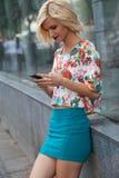 Kobiety iwith mądrze telefon zdjęcia royalty free