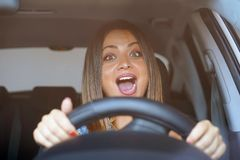 Kobiety jeżdżenie emocja Krzyczeć, okaleczający zdjęcia stock