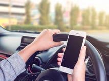 Kobiety jeżdżenie i używać smartphone na drodze Zdjęcie Royalty Free