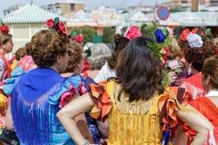 Kobiety jest ubranym tradycyjnego Sevillana ubierają przy Seville Kwiecień jarmarkiem Zdjęcia Stock
