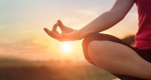 Kobiety joga ćwiczy i medytuje jeziorem w lata tle obraz stock
