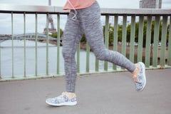 Kobiety jogger przeciw jasnemu widokowi wieża eifla bieg fotografia stock
