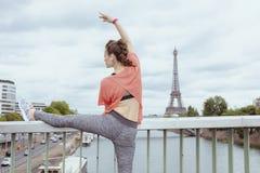 Kobiety jogger rozciąganie przeciw wieży eiflej w Paryż, Francja zdjęcie royalty free