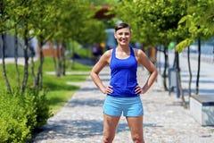 Kobiety jogger w parkowy ono uśmiecha się obrazy stock