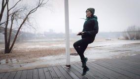 Kobiety jogging zwolnione tempo są nagrzaniem przed biegać, zdjęcie wideo