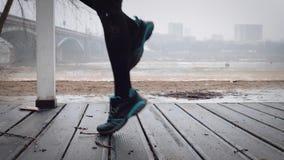 Kobiety jogging zwolnione tempo są nagrzaniem przed biegać, zbiory wideo