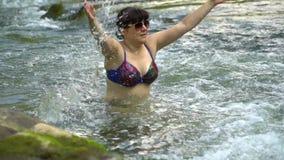 Kobiety kąpanie w rzece Młoda ładna kobieta kąpać się w czystej halnej rzece Jest szczęśliwa zdjęcie wideo