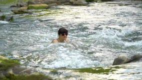 Kobiety kąpanie w rzece Młoda ładna kobieta kąpać się w czystej halnej rzece Jest szczęśliwa zbiory