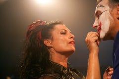 Kobiety kładzenia makijaż Zdjęcia Stock