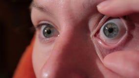 Kobiety kładzenia szkła kontaktowe w jej oku i gubi je zdjęcie wideo