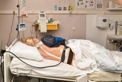 Kobiety kłamają w miejsce narodzin z skracaniami i epidural anestezją fotografia royalty free