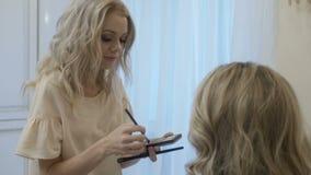 Kobiety kładzenia makeup na przyjacielu zbiory