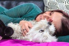 Kobiety kłama blisko jej psa Obrazy Royalty Free