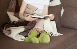 Kobiety kanapy filiżanki szkocka krata Obraz Stock