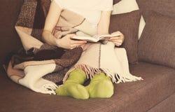 Kobiety kanapy filiżanki szkocka krata Obrazy Royalty Free