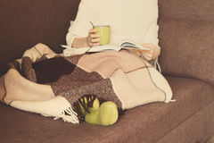 Kobiety kanapy filiżanki szkocka krata Zdjęcia Royalty Free