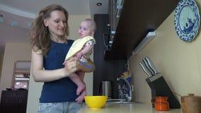 Kobiety karmy dziecka córka trzyma dalej rękę w kuchni z owsianką zbiory wideo