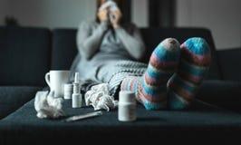 Kobiety kichnięcie i podmuchowy nos z tkanką i chusteczką Chora i chora osoba z, obraz stock