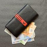 Kobiety kiesy czarny portfel z euro banknotami Obrazy Royalty Free