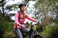 Kobiety kolarstwo na drodze Obrazy Royalty Free