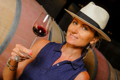 Kobiety kosztuje wino w Winemaker Fotografia Royalty Free