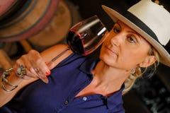 Kobiety kosztuje wino w Winemaker Zdjęcia Stock