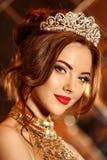 Kobiety królowej princess w koronie i luks ubieramy, światła bawimy się backgr zdjęcie stock