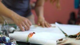 Kobiety krawiecki działanie w dressmaking studiu zbiory wideo