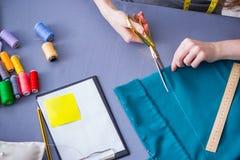 Kobiety krawiecki działanie na ubraniowym szwalnym zaszywaniu mierzy fa Zdjęcie Stock