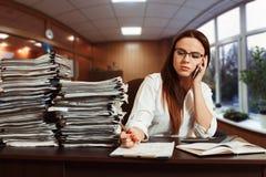 Kobiety księgowa używa telefon komórkowego przy miejscem pracy Fotografia Royalty Free