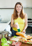 Kobiety kucharstwa kanapki z majonezem Fotografia Royalty Free
