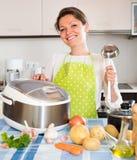 Kobiety kucharstwo z multicooker fotografia royalty free