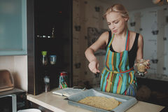 Kobiety kulinarna pizza przy kuchnią Zdjęcia Royalty Free