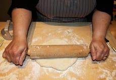 Kobiety kulinarny włoski tigelle na drewnianym stole z toczną szpilką zdjęcia royalty free