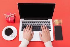 Kobiety kupienia bożych narodzeń prezenty online na laptopie zdjęcie stock