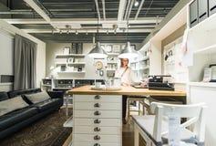 Kobiety kupienia luksusu kuchnia Zdjęcia Stock