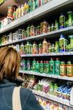 Kobiety kupienia rośliny użyźniacz w DIY sklepu ogrodnictwa sklepie Fotografia Royalty Free