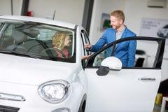 Kobiety kupienia samochód od samochodowego agenta Fotografia Royalty Free