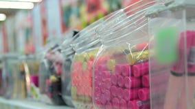 Kobiety kupienia wargi glosa w sklepie zdjęcie wideo