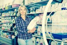 Kobiety kupienia zwierzęcia domowego jedzenie w sklepie dla zwierzęcia Zdjęcie Royalty Free