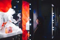 Kobiety kupienie dla Louis Vuitton torby skóry luksusowego pourse Fotografia Royalty Free