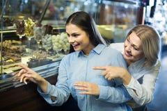 Kobiety kupuje ciemną i białą czekoladę wypełniali cukierki Obraz Stock