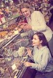 Kobiety kupuje ciemną i białą czekoladę wypełniali cukierki Zdjęcia Royalty Free