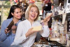 Kobiety kupuje czekoladę Obraz Stock