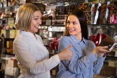 Kobiety kupuje czekoladę Obrazy Royalty Free