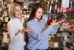 Kobiety kupuje czekoladę Zdjęcie Royalty Free